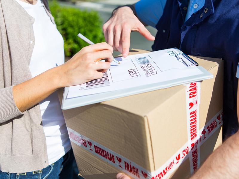 we-deliver-parcels-001
